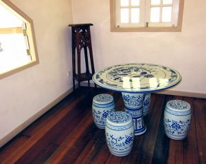 Blue and white ceramic table with four small barrel seats